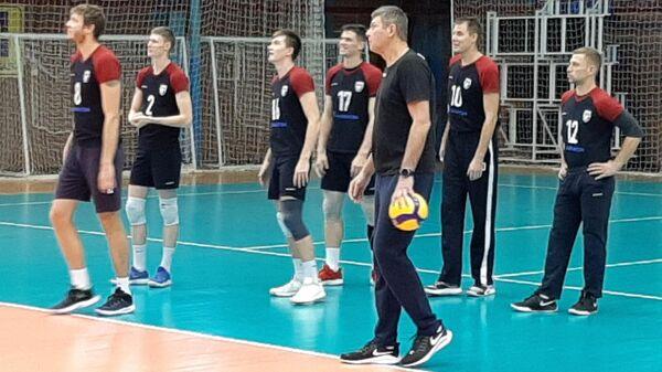 Волейболисты и новый главный тренер Новы Юрий Филиппов