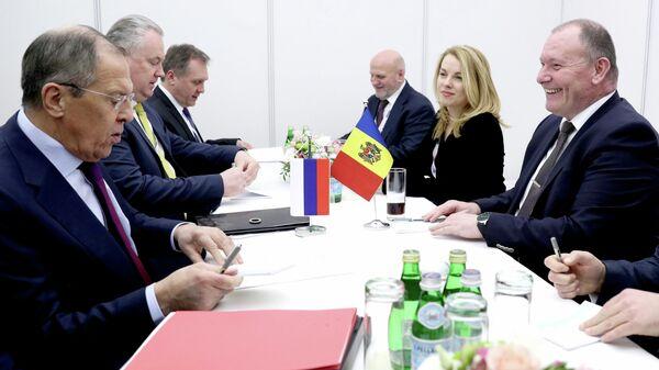 Министр иностранных дел РФ Сергей Лавров и министр иностранных дел и европейской интеграции Молдавии Аурел Чока во время встречи  в Братиславе