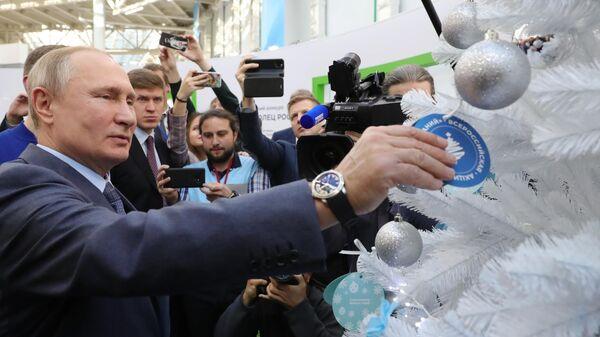 Президент РФ Владимир Путин во время посещения площадки проведения форума Доброволец России
