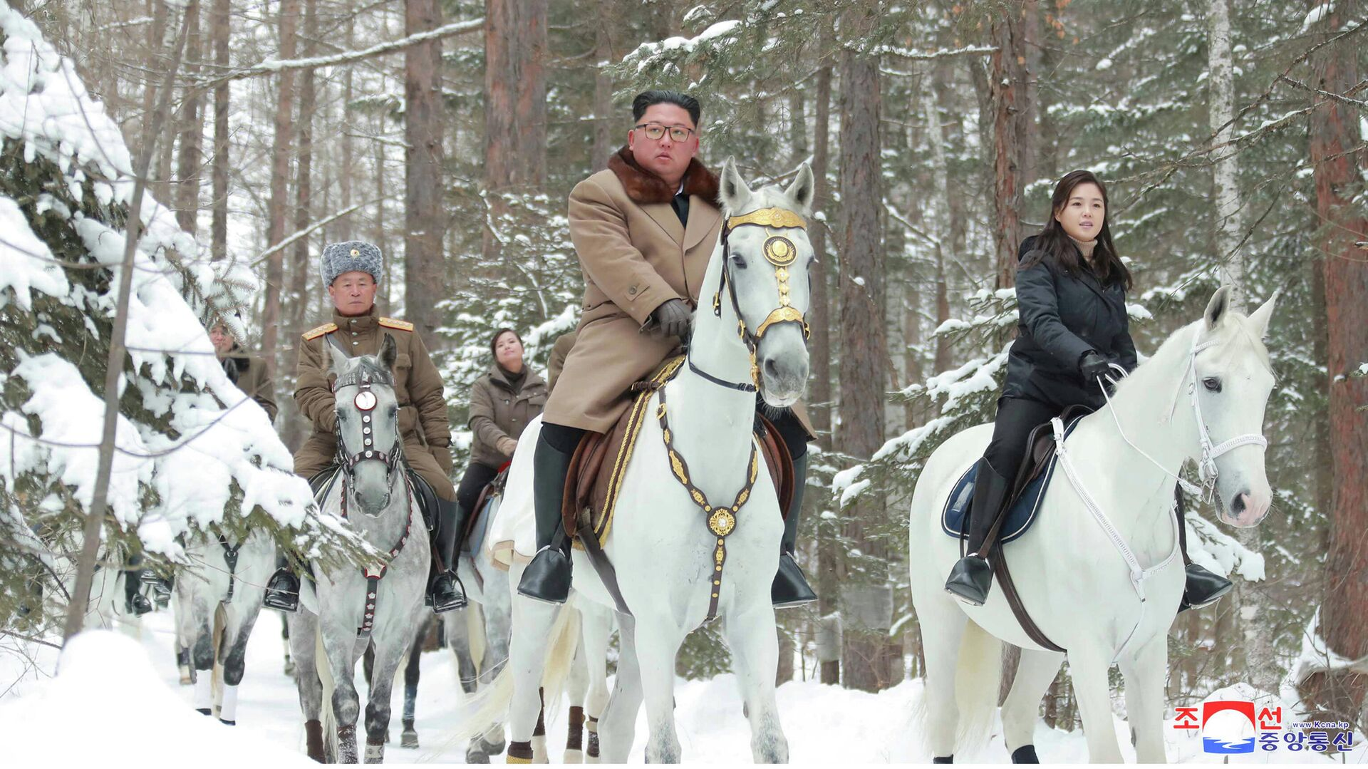 Глава КНДР Ким Чен Ын поднимается на белом коне на священную гору Пэктусан - РИА Новости, 1920, 03.01.2020