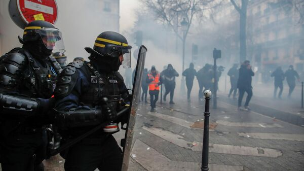 Во время демонстрации против пенсионной реформы в Париже, Франция. 5 декабря 2019