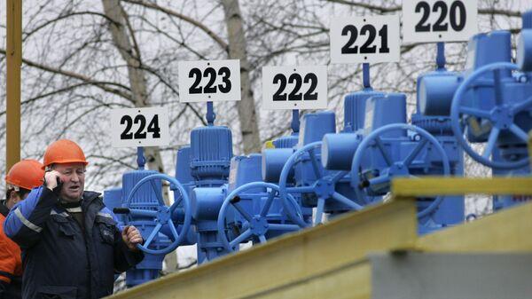 Рабочие на насосной станции трубопровода в Белоруссии