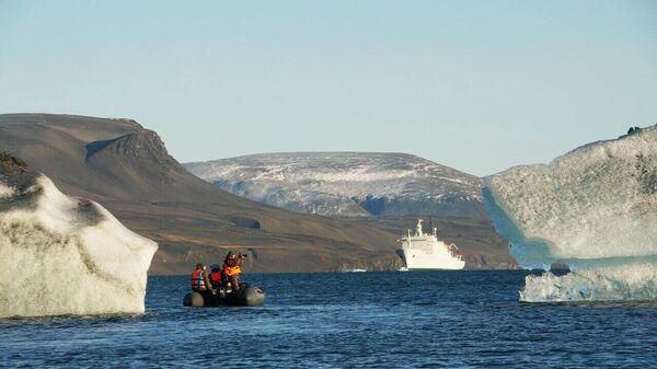 Научно-исследовательское судно Академик Мстислав Келдыш в Арктике