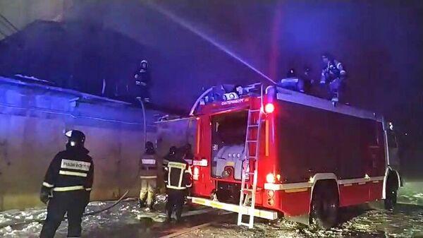 Сотрудники противопожарной службы МЧС РФ тушат пожар в административном здании на улице Радищева в Екатеринбурге