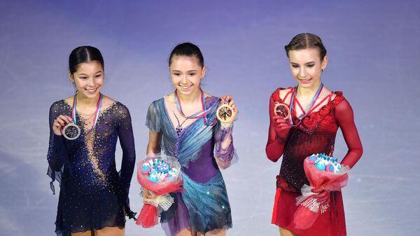 Алиса Лиу, Камила Валиева и Дарья Усачева на церемонии награждения