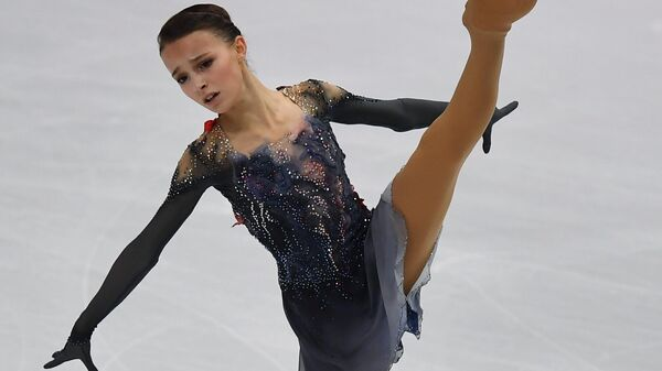 Анна Щербакова выступает в короткой программе женского одиночного катания в финале Гран-при