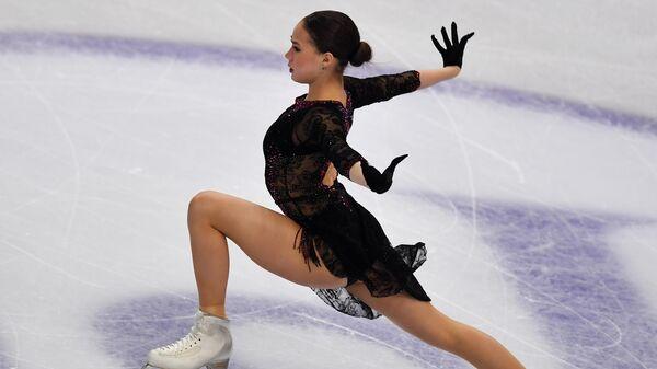 Алина Загитова выступает в короткой программе женского одиночного катания в финале Гран-при