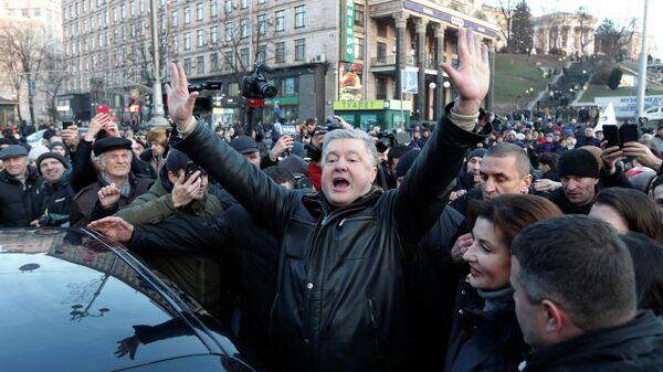 Бывший президент Украины Петр Порошенко и участники акции под лозунгом Красные линии для Зе в Киеве,  Украина. 8 декабря 2019