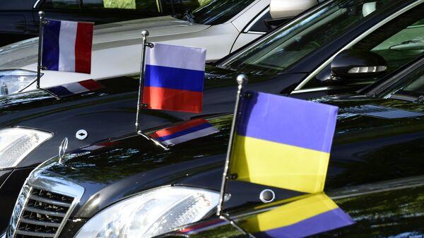 Флаги, установленные на официальных автомобилях,  во время встречи в нормандском формате