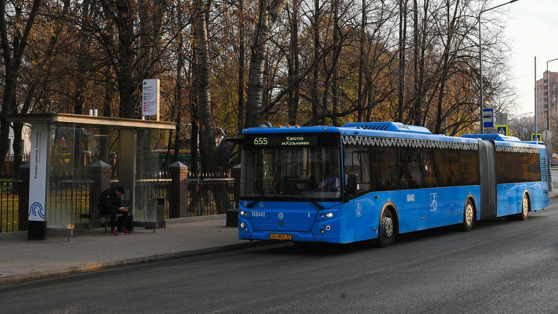 Автобус, курсирующий по маршруту 655, подъезжает к остановке в Капотне - РИА Новости, 1920, 30.01.2020