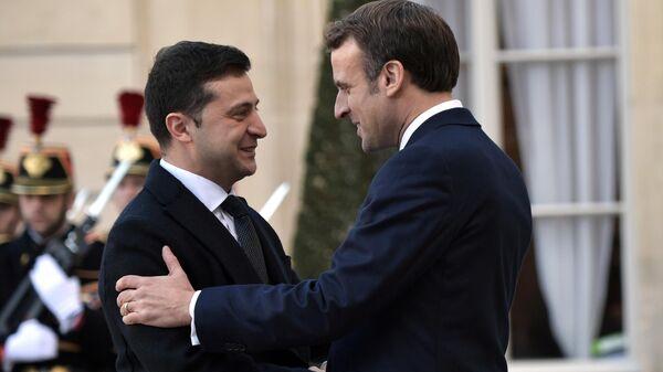 Президент Украины Владимир Зеленский и президент Франции Эммануэль Макрон на церемонии официальной встречи в Елисейском дворце