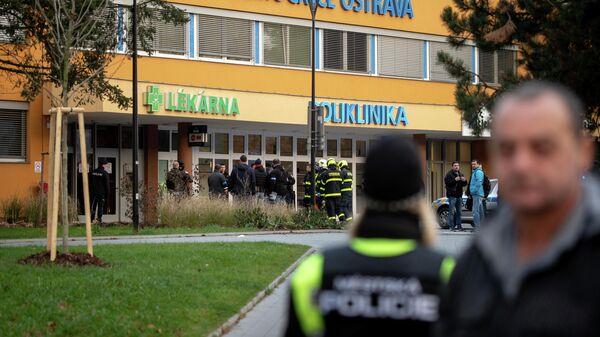 Полицейские у здания больницы в городе Острава