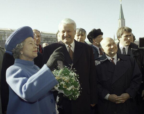 Президент России Борис Ельцин, королева Великобритании Елизавета II и мэр города Москвы Юрий Лужков на Красной площади во время официального визита королевы в Россию