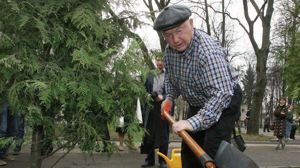 Мэр Москвы Юрий Лужков принял участие в посадке деревьев во время общегородского субботника на территории спорткомплекса Лужники
