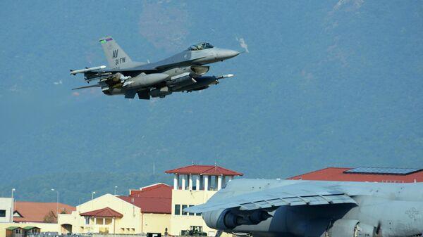 Истребитель ВВС США F-16 на авиабазе Инджирлик в Турции
