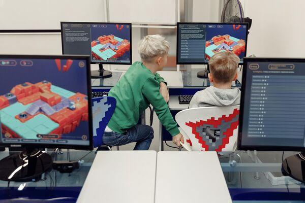 Школьники изучают программирование по Кибер Книге
