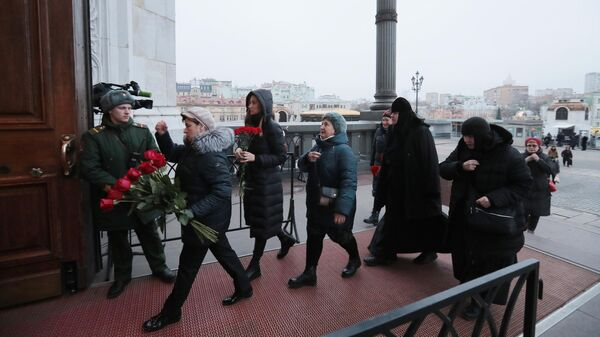 Люди заходят в храм Христа Спасителя, чтобы проститься с бывшим мэром Москвы Юрием Лужковым