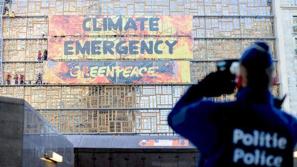 Активисты Greenpeace штурмуют здание Европейского совета в Брюсселе