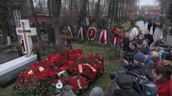 Могила бывшего мэра Москвы Юрия Лужкова на Новодевичьем кладбище в Москве