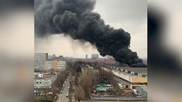 Склад горит на юге Москвы
