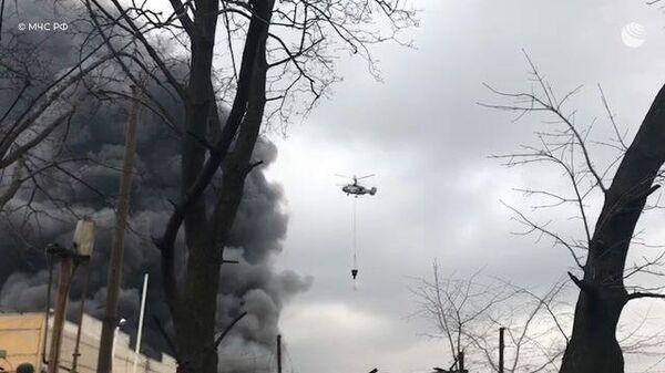 Пожарный вертолет МЧС тушит горящий склад на Варшавском шоссе в Москве