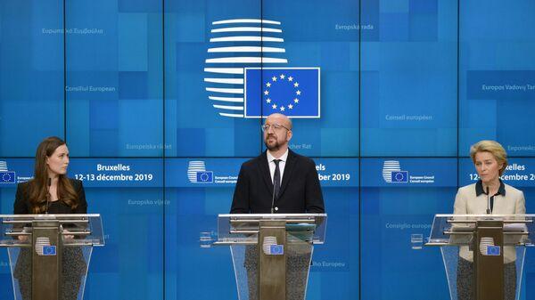 Санна Марин, Шарль Мишель и Урсула фон дер Ляйен на саммите глав государств и правительств Евросоюза в Брюсселе