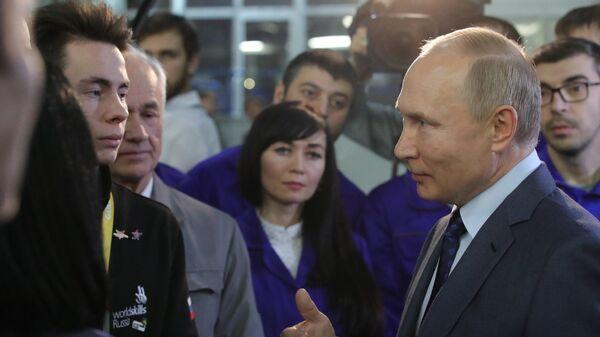 Президент РФ Владимир Путин во время общения с работниками ПАО КамАЗ