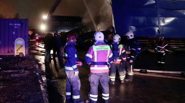 Сотрудники МЧС РФ на тушении пожара на складе с легковоспламеняющимися жидкостями в Санкт-Петербурге