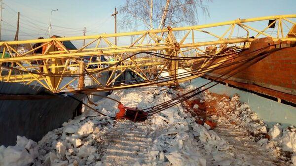 Опрокидывание башенного крана на проезжую часть дороги в Карпинске