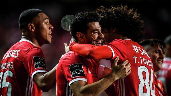 Футболисты Бенфики радуются забитому голу