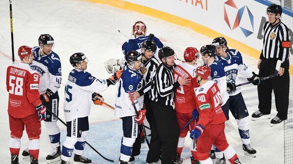 Судьи разнимают хоккеистов в матче Россия – Финляндия