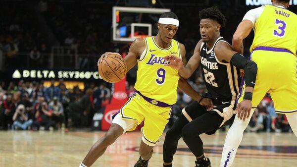 Игрок БК Лос-Анджелес ЛейкерсРэджон Рондо (9) и игрок БК Атланта Хокс Кэмерон Реддиш в матче регулярного чемпионата НБА