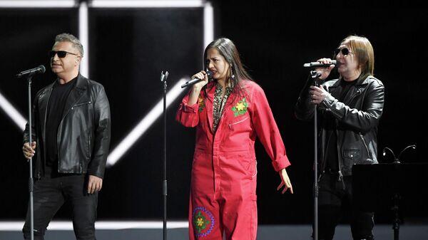 Леонид Агутин, Manizha и Шура Би-2 во время выступления на Российской национальной музыкальной премии Виктория — 2019