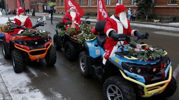Участники праздника Нашествие Дедов Морозов в Рыбинске