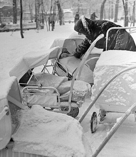 Прогулка на Гоголевском бульваре в Москве во время снегопада