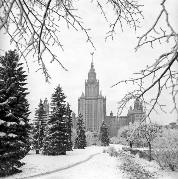 Вид на первый учебный корпус Московского государственного университета имени М.В.Ломоносова