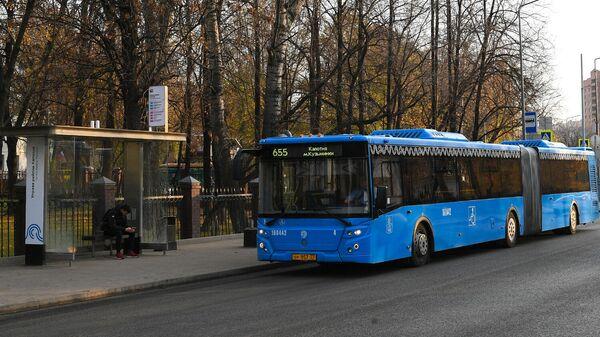 Автобус подъезжает к остановке
