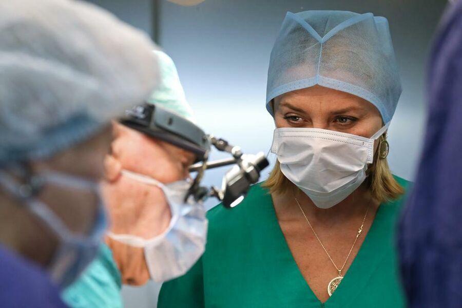 Журналист Риа Новости Татьяна Кирсанова наблюдает за Л.А. Бокерией во время операции