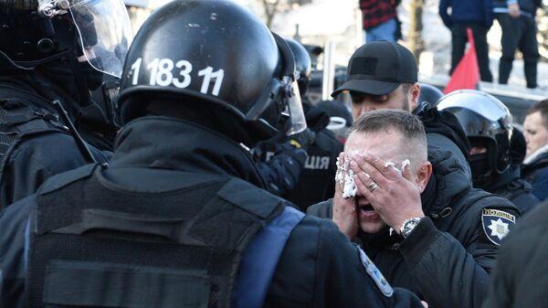 Сотрудник полиции, пострадавший во время акции протеста у здания Верховной рады в Киеве