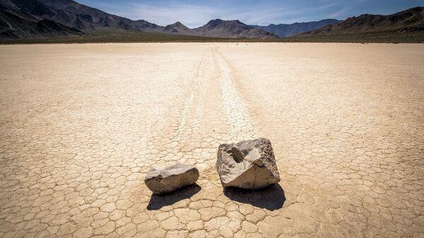 Движущиеся камни на высохшем озере Рейстрэк-Плайя в Долине Смерти в США