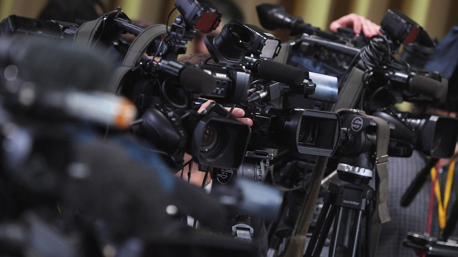 Камеры журналистов, установленные в зале Центра международной торговли на Красной Пресне, где пройдет большая ежегодная пресс-конференция президента РФ Владимира Путина - РИА Новости, 1920, 15.12.2020