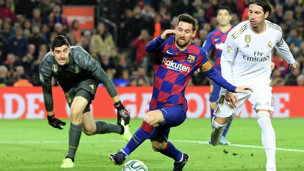 Слева направо: вратарь ФК Реал Мадрид Тибо Куртуа, нападающий ФК Барселона Лионель Месси и защитник ФК Реал Мадрид Серхио Рамос