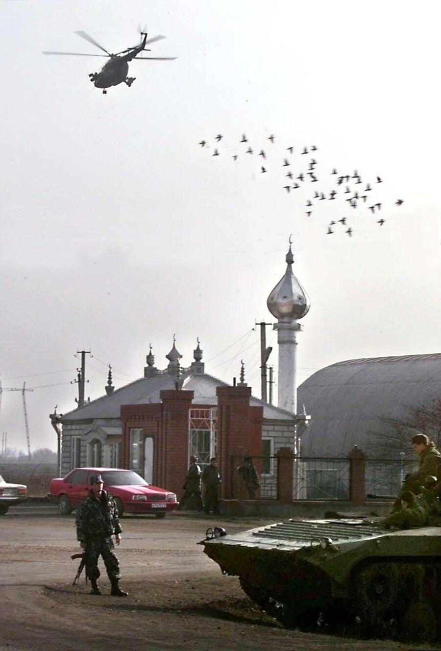 Российский вертолет над станицей Нестеровская, недалеко от чечено-ингушской границы, 2 января 2000 года