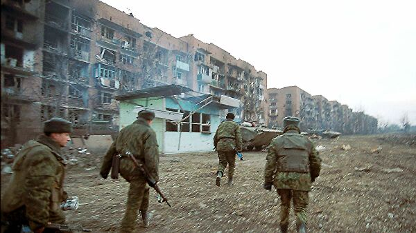 Российские солдаты во время боев с чеченскими повстанцами в Старопромысловском районе Грозного 21 января 2000 года