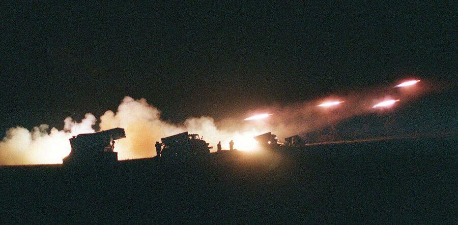 Российские ракетные пусковые установки Град возле села Толстой-Юрт к северу от Грозного, 27 ноября 1999 года