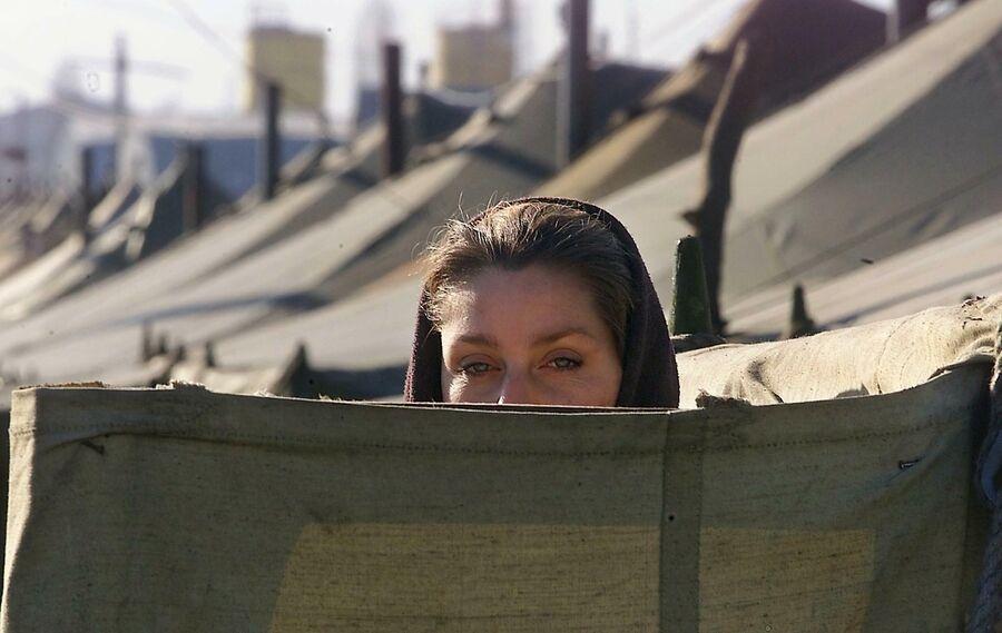 Чеченская женщина  в лагере беженцев Карабулак в Ингушетии 24 января 2000