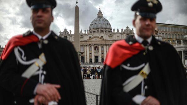 Карабинеры перед входом на площадь Святого Петра в Ватикане