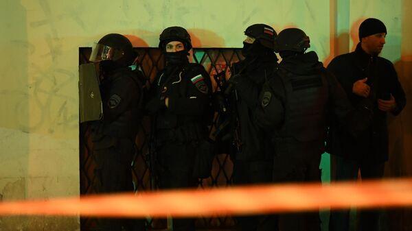 Сотрудники силовых структур у здания ФСБ на Лубянской площади в Москве, где произошла стрельба