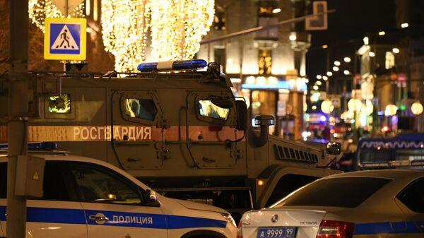 Автомобили полиции и Росгвардии на улице Большая Лубянка, где рядом со зданием ФСБ произошла стрельба