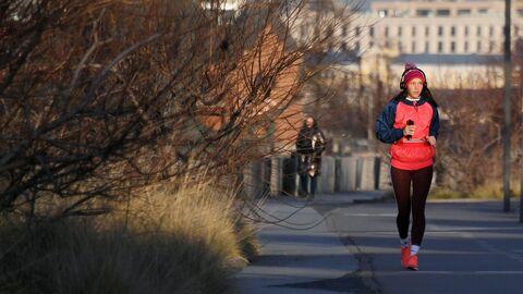 Девушка во время пробежки на Крымской набережной в Москве